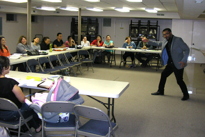 Juan Carlos Malvaez leads a session in discipleship class at Manantial de Vida.